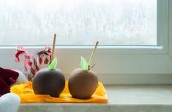 Esmaltado en la manzana del chocolate para la Navidad Fotografía de archivo libre de regalías