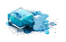 Esmalte de uñas azul con la sombra de ojos Imagen de archivo