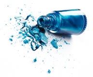 Esmalte de uñas azul con la sombra de ojos machacada Imágenes de archivo libres de regalías