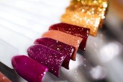 Esmalte de uñas multicolor en clavos plásticos artificiales fotografía de archivo libre de regalías