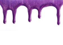 Esmalte de uñas púrpura trémulo foto de archivo