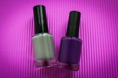 Esmalte de uñas púrpura y gris foto de archivo