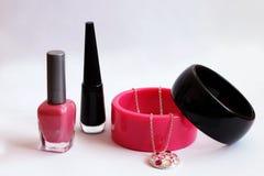 Esmalte de uñas, pulseras y collares Foto de archivo