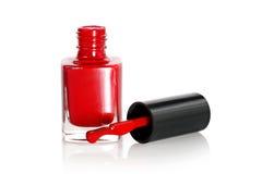 Esmalte de uñas rojo con descenso Imágenes de archivo libres de regalías