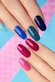 Esmalte de uñas rosado azul Imagenes de archivo