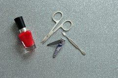 Esmalte de uñas y accesorios rojos Fotografía de archivo libre de regalías