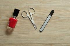 Esmalte de uñas y accesorios rojos Fotografía de archivo