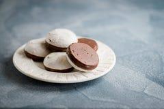 Esmalte del chocolate de las tortas y de las galletas con el relleno Copie el espacio imagen de archivo