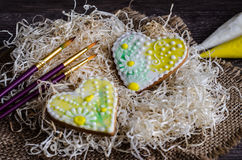Esmalte pintado corazones del pan de jengibre Foto de archivo libre de regalías