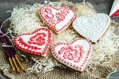 Esmalte pintado corazones del rojo y del blanco del pan de jengibre Fotografía de archivo