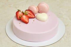 Esmalte rosado del espejo de la torta de la crema batida, adornado con los macarons y la fresa Imagenes de archivo