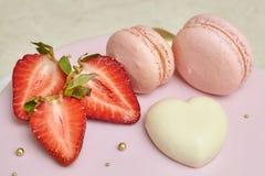 Esmalte rosado del espejo de la torta de la crema batida, adornado con los macarons y la fresa Foto de archivo