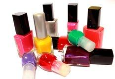 Esmaltes de uñas coloreados en el fondo blanco Imagenes de archivo