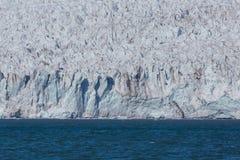 Esmarkbreen冰川冰前面在卑尔根群岛在阳光,蓝色海下 图库摄影