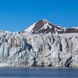Esmarkbreen冰川冰前面在斯瓦尔巴特群岛,山峰,天空蔚蓝 库存图片