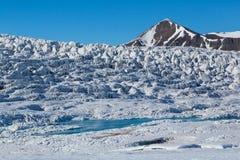 Esmarkbreen冰川表面在斯瓦尔巴特群岛在阳光,天空蔚蓝下 库存图片
