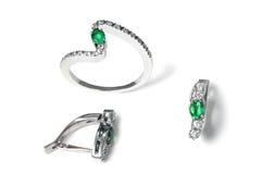 Esmeralda y pendientes y anillo del diamante Foto de archivo libre de regalías