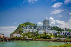 Esmeraldas,厄瓜多尔- 2016年3月16日:与旅馆建筑结构的美丽的多岩石的海滩后边美丽的 免版税图库摄影