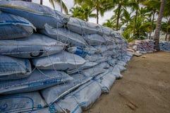 Esmeraldas, Ecuador - 16 de marzo de 2016: Bolsas de arena a proteger contra la inundación por el tsunami en la misma playa, Casa Imagenes de archivo