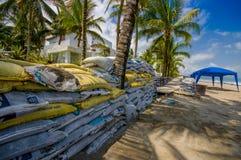 Esmeraldas, Ecuador - 16. März 2016: Gegen die Flut zu schützen Sandsäcke, sich durch Tsunami im gleichen Strand, Casablanca Lizenzfreie Stockfotografie