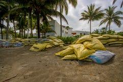 Esmeraldas, Ecuador - 16. März 2016: Gegen die Flut zu schützen Sandsäcke, sich durch Tsunami im gleichen Strand, Casablanca Lizenzfreie Stockfotos