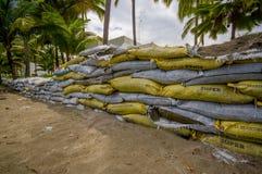 Esmeraldas, Ecuador - 16. März 2016: Gegen die Flut zu schützen Sandsäcke, sich durch Tsunami im gleichen Strand, Casablanca Lizenzfreie Stockbilder