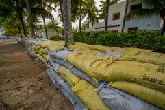 Esmeraldas, Ecuador - 16. März 2016: Gegen die Flut zu schützen Sandsäcke, sich durch Tsunami im gleichen Strand, Casablanca Stockbilder