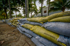 Esmeraldas, Ecuador - 16. März 2016: Gegen die Flut zu schützen Sandsäcke, sich durch Tsunami im gleichen Strand, Casablanca Lizenzfreies Stockbild