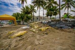 Esmeraldas, Equateur - 16 mars 2016 : Sacs de sable à protéger contre l'inondation par le tsunami en la même plage, Casablanca Photo stock