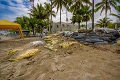 Esmeraldas, Equateur - 16 mars 2016 : Sacs de sable à protéger contre l'inondation par le tsunami en la même plage, Casablanca Photographie stock