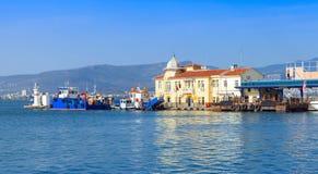 esmirna Paisaje urbano costero con el muelle de Pasaport Imagenes de archivo