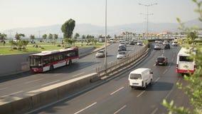 ESMIRNA, TURQUÍA - JULIO DE 2015: Tráfico de Esmirna y opinión de la ciudad del puente de Konak almacen de video