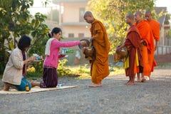 Esmola da manhã das monges budistas Fotos de Stock