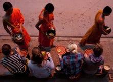 Esmola que dá a cerimônia em Luang Prabang Laos Imagens de Stock Royalty Free