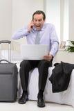¡Eso es todo incorrecto! Hombre de negocios maduro frustrado que se sienta en el sofá Imagenes de archivo
