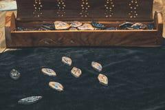 esoterica de seda de la mujer de la adivinación de las runas foto de archivo libre de regalías