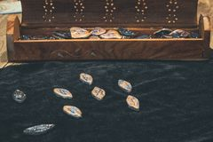 esoterica di seta della donna di divinazione delle rune fotografia stock libera da diritti
