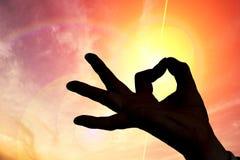Esotericism och meditationbegrepp Kontur av handen i solnedgång royaltyfria foton