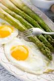 Espárrago con los huevos Foto de archivo