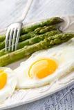 Espárrago con los huevos Foto de archivo libre de regalías