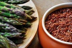 Espárrago fresco verde y arroz rojo foto de archivo