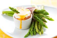 Espárrago, huevo y jamón Imagen de archivo