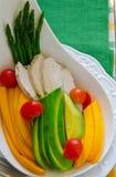 Espárrago, papaya, aguacate y ensalada de pollo Imagen de archivo