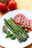 Espárrago verde con las salchichas y las aceitunas Foto de archivo libre de regalías