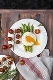 Espárrago verde con los huevos fritos Fotografía de archivo