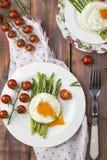 Espárrago verde con los huevos fritos Imagen de archivo libre de regalías
