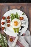 Espárrago verde con los huevos fritos Fotografía de archivo libre de regalías
