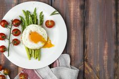 Espárrago verde con los huevos fritos Imagen de archivo