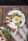 Espárrago verde con los huevos fritos Fotos de archivo