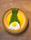 Espárrago y huevo en una placa Foto de archivo libre de regalías